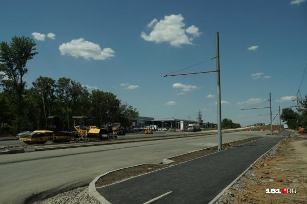 Эти столбы — часть будущей троллейбусной инфраструктуры
