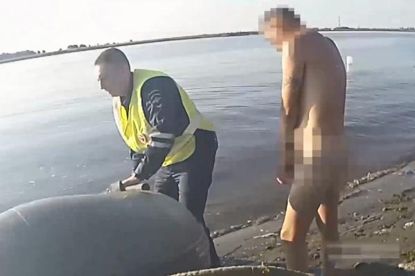 Чтобы догнать водителя в заливе, сотрудникам полиции пришлось взять лодку у местного рыбака