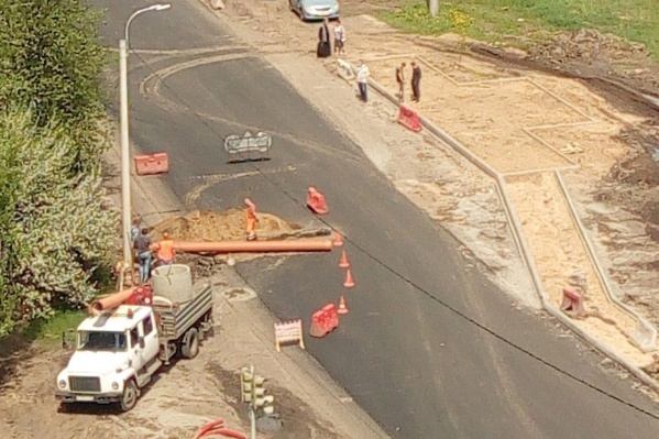 На Корабельной улице раскопали заасфальтированную дорогу