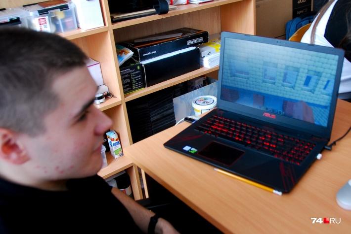 Дима Никитенко показывает на ноутбуке окна кабинета, в котором мы общаемся