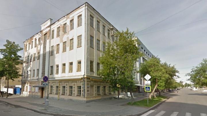 В центре Екатеринбурга отремонтируют старинное ветхое здание по соседству с управлением ФСБ