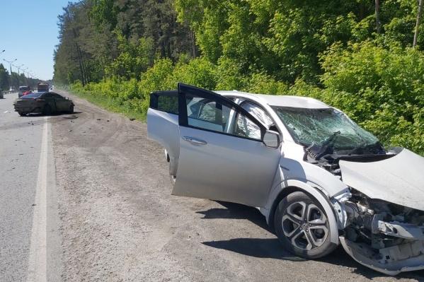 Последствия аварии — досталось обеим иномаркам, однако помощь медиков понадобилась водителю «Мерседеса»