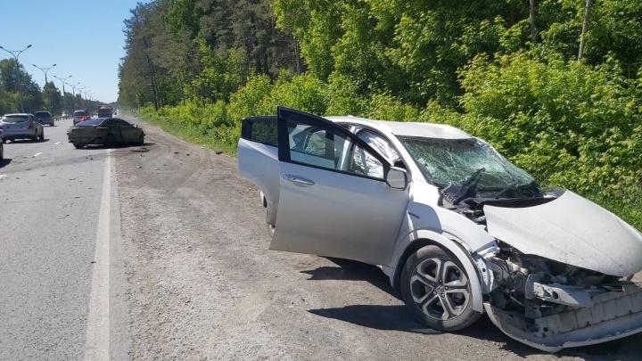 На Бердском шоссе столкнулись Merсedes и Honda — одного из водителей увезли в больницу