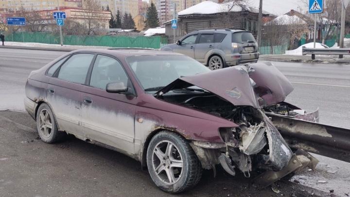 В Тюмени после серьезного ДТП пропал водитель. Искореженная машина брошена на Щербакова