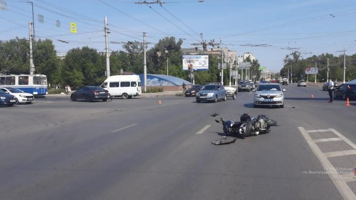 Два мотоциклиста пострадали в ДТП в Волгограде