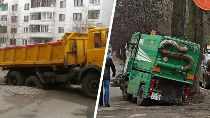 Это провал: как дороги Ярославля засасывают автомобили. Фото одного дня