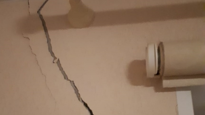 Маячки рвутся, штукатурка отваливается: в Волгограде жители трещащей по швам трехэтажки намерены искать помощи в Следственном комитете