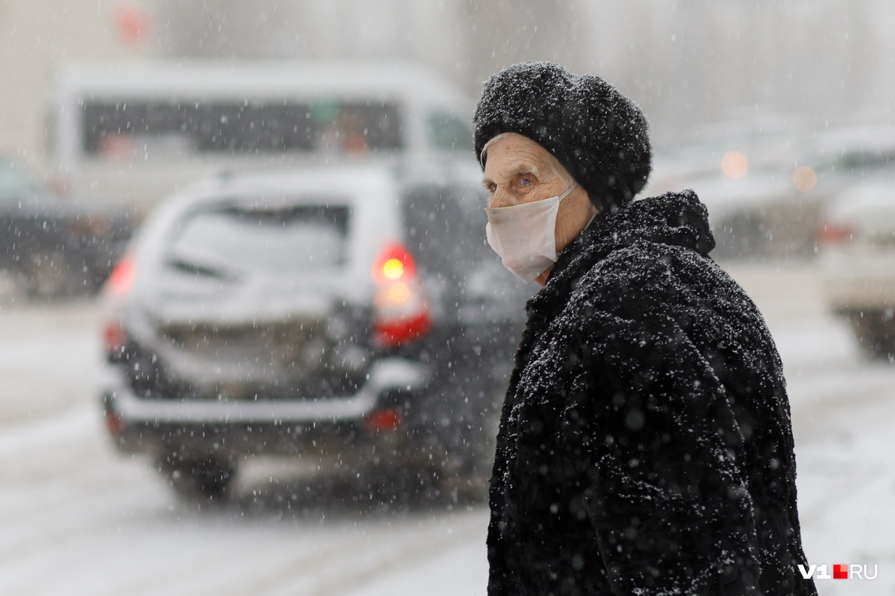 В маске, кстати, в снегопад теплее