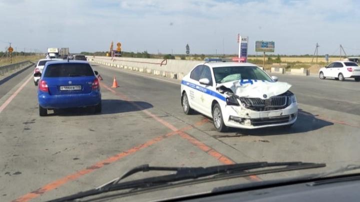 На московской трассе под Волгоградом кроссовер протаранил автомобиль ДПС