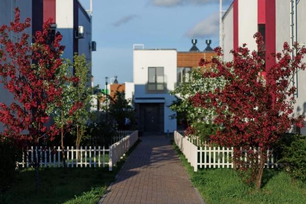 Жить в частном доме или в квартире? Есть вариант, объединяющий плюсы (и минусы) обоих видов жилья