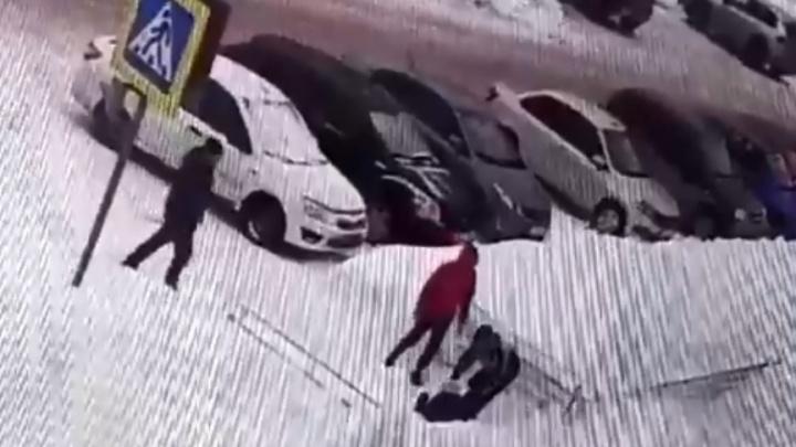 В Прикамье с крыши администрации на чиновницу рухнул снег. Видео