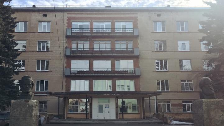 В Челябинске из окна ковидной больницы выпала пациентка