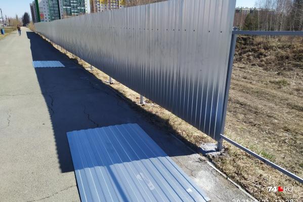 Забор поставили вплотную к тротуару на улице Бейвеля