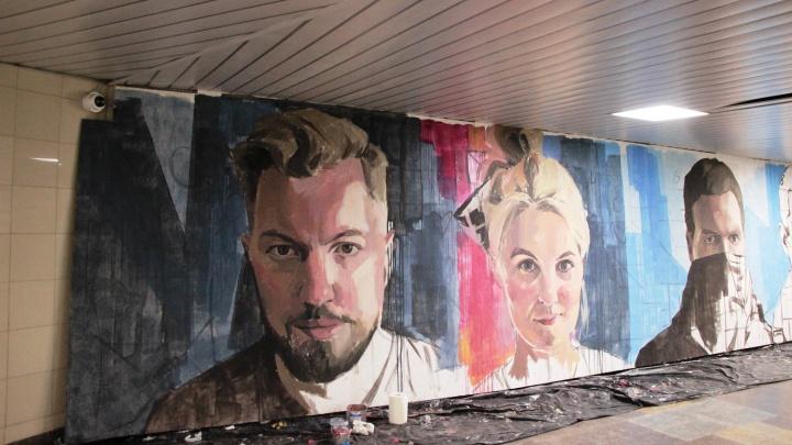 В омском метропереходе начали делать новую выставку «Прибытие поезда»