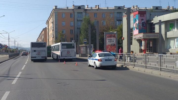 Водитель автобуса зажал женщину с ребенком дверью. Малыш выпал и получил травму головы