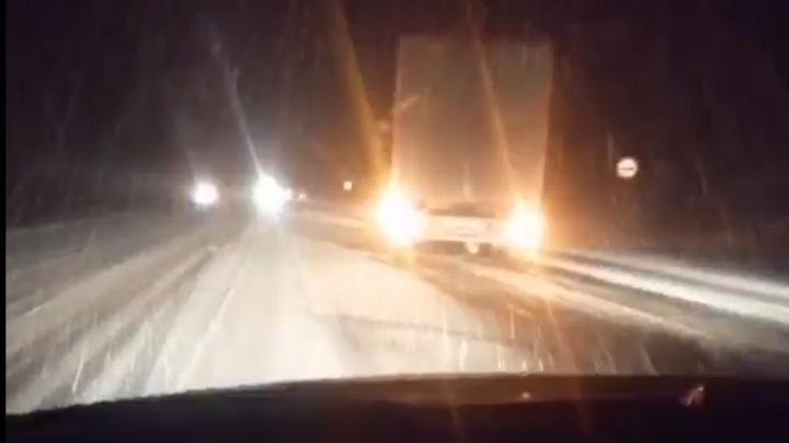 Часть Башкирии засыпало снегом. Грузовики не могут подняться по трассе на хребет Уралтау