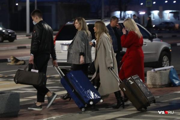 Анну Писемскую и Елизавету Пескову сопровождали молодой человек и загадочная девушка в красном пальто