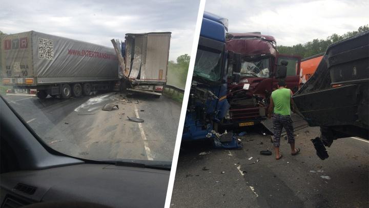 Тяжелый замес: на М-5 под Сызранью столкнулись три грузовика