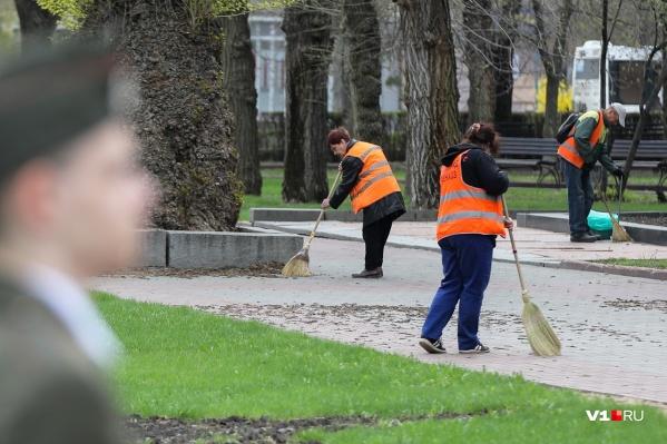 Дворники Волгограда борются с последствиями буянившей в городе стихии