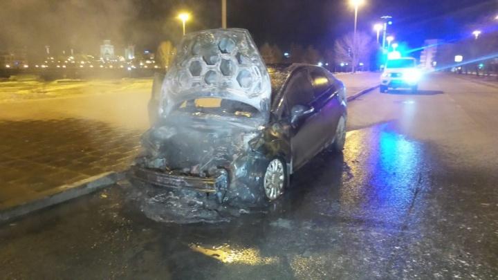 В Екатеринбурге напротив здания правительства на обочине сгорел автомобиль