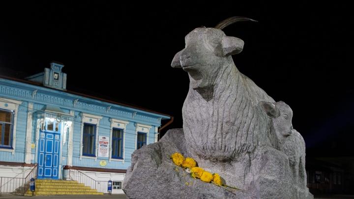 В Волгоградской области чиновники наблюдают за трещиной на знаменитом памятнике козе