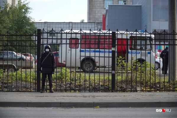 До сих пор периметр кампуса ПГНИУ оцеплен полицейскими