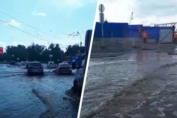 Машинам приходилось ехать по затопленной дороге
