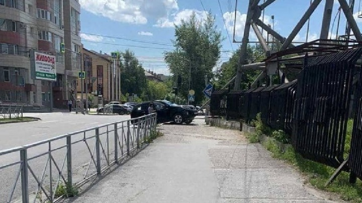 Девушка на джипе повалила световую опору в центре Новосибирска