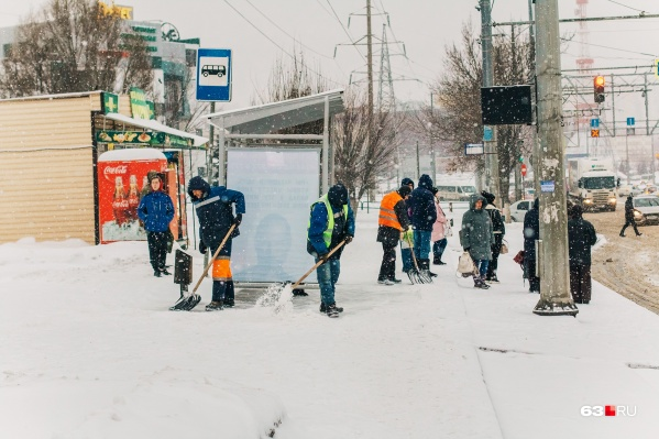 В эту зиму убирать снег вовремя удается не всегда