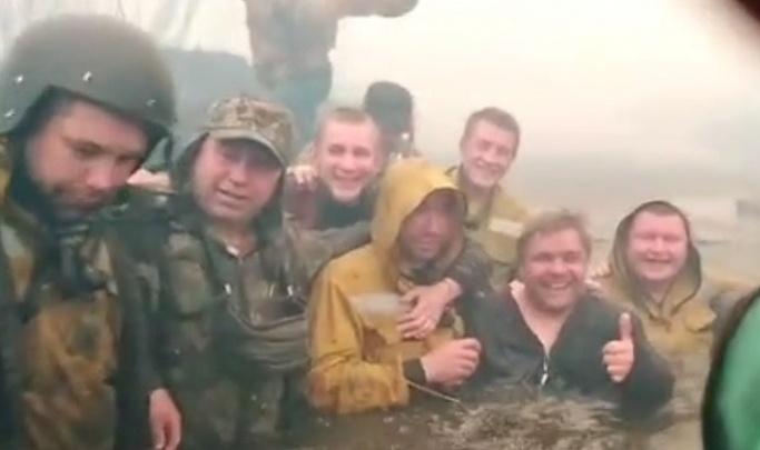 Губернатор пообещал отправить в санаторий пожарных десантников, которые прятались от огня в реке