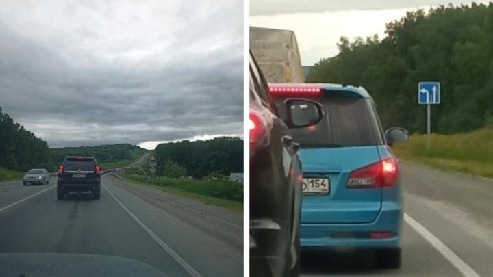 Пробка на въезде в город на Гусинобродском тракте растянулась на 15 километров — что пишут об этом водители