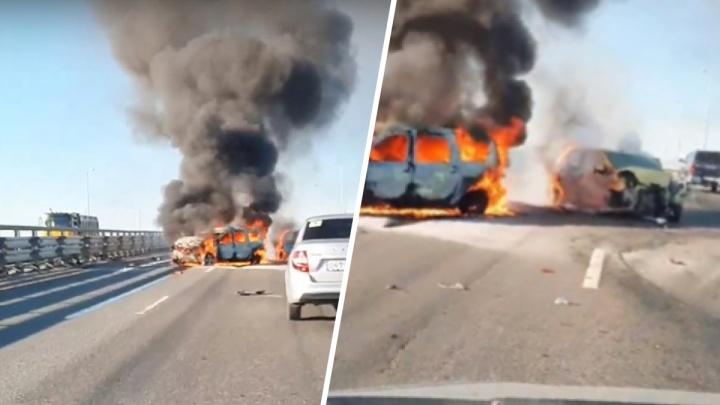 На Красавинском мосту в Перми загорелись две машины. Видео