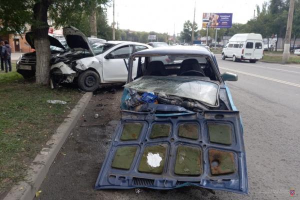 Три человека попали в больницу в результате массовой аварии на севере Волгограда