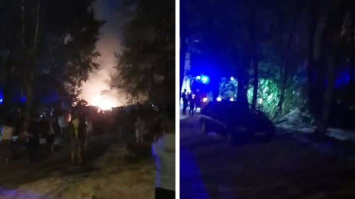В Железнодорожном районе прогремел взрыв и загорелись гаражи: видео