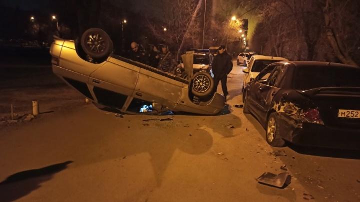 Собрал в кучу и перевернулся: в Волжском нетрезвый водитель разгромил пять машин в спальном районе