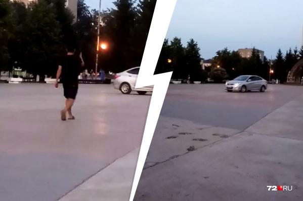 Почему водитель и его пассажиры решили кататься именно на этой площадке — выяснит полиция. И оштрафует водителя-нарушителя