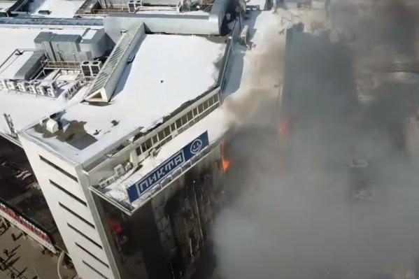Длинные языки пламени были видны на верхних этажах