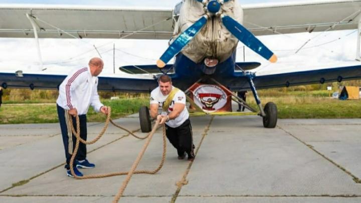 Сургутянин Максим Гамецкий установил рекорд России. Он сдвинул с места «боинг» весом 40 тонн