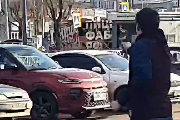 Парень в кого-то целился из пистолета на улице в Ярославле