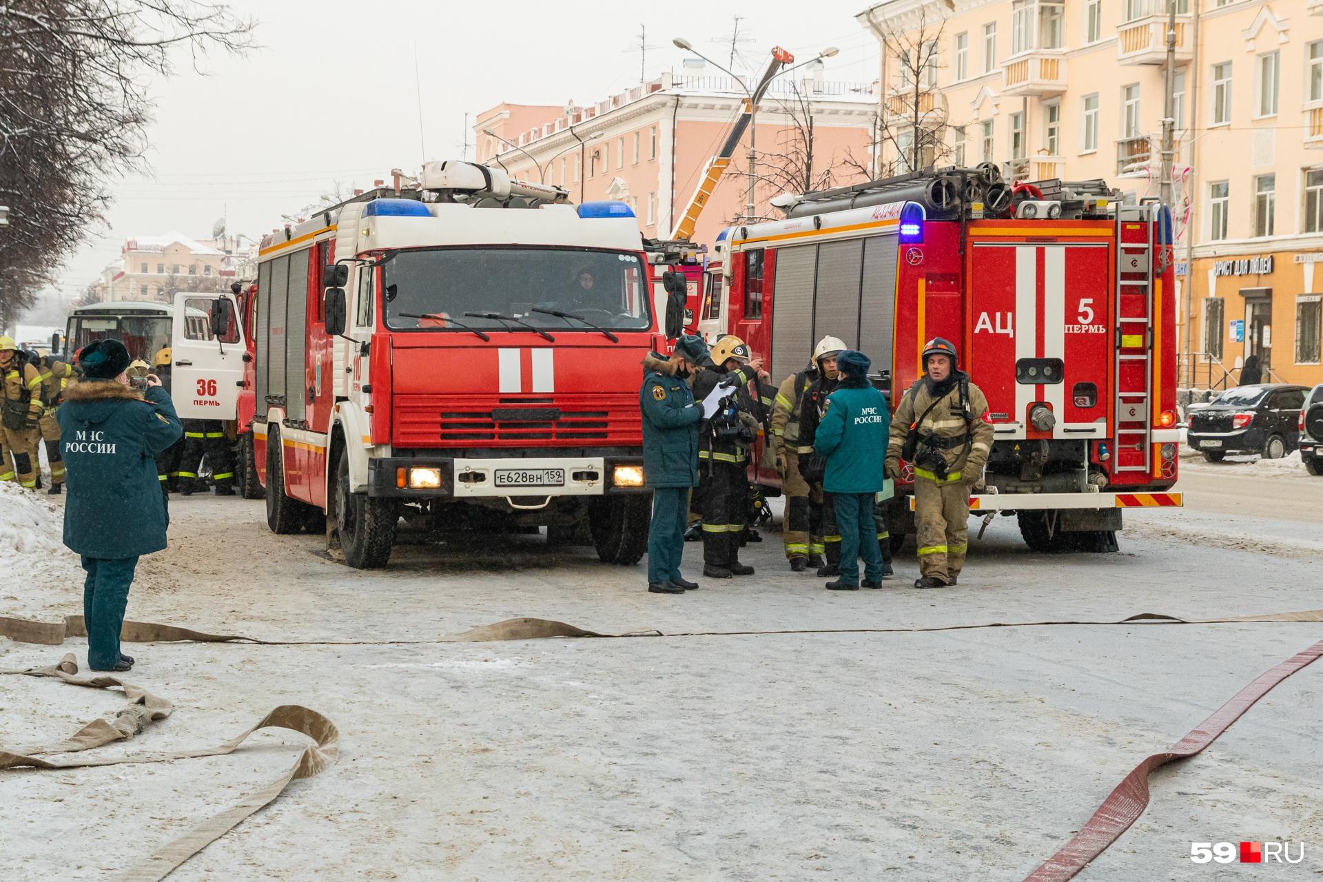 Пожарные машины встали на улице Ленина