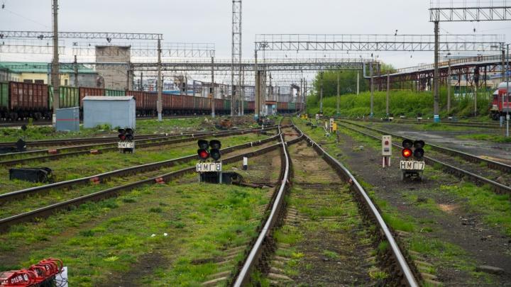 В Екатеринбурге поезд сбил молодого мужчину, который сидел на путях