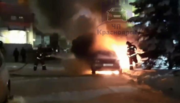 «Прогревайте осторожно»: в Красноярске сгорели две машины