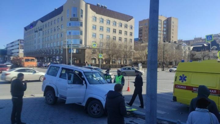 Пешеходы подлетели в воздух: момент жесткого ДТП в центре Тюмени попал на видео
