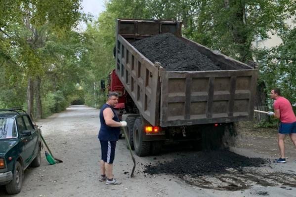 Жители сами скинулись на КАМАЗ асфальтовой срезки