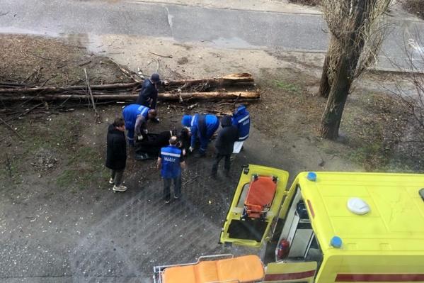 По словам очевидцев с места ЧП, волгоградку забирали с открытой черепно-мозговой травмой
