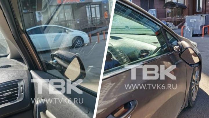 После драки мужчина пинками сломал зеркала у припаркованных машин в «Росах»