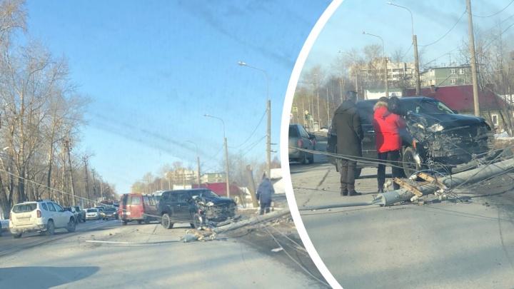 «Сказал, руль у него повело»: в Архангельске «Лексус» снес столб