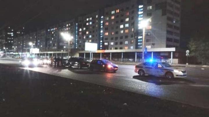 «Там промежуток, где сплошная разрывается»: на Комсомольском проспекте произошла массовая авария