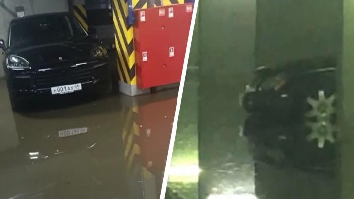 """«""""Майбахи"""" стоят в воде»: в Екатеринбурге затопило элитные паркинги. Видео"""