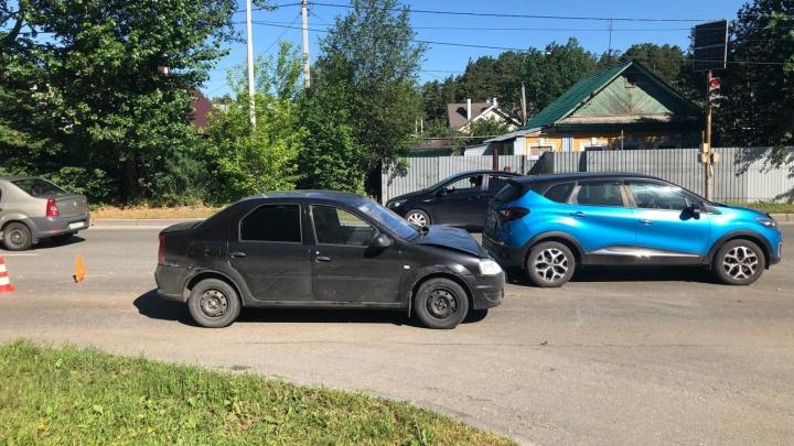 Таксист устроил ДТП на Берёзовском тракте. Пострадала девушка